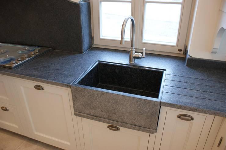 Blat kuchenny, zlew i ściana wykonana z kamienia, granitu 'Steel grey': styl , w kategorii Kuchnia zaprojektowany przez Stone Mason I Sp. z o.o.,Klasyczny Kamień
