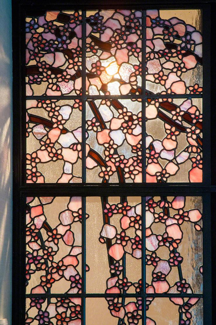 しだれ桜: マルグラスデザインスタジオが手掛けたリビングです。,和風 ガラス