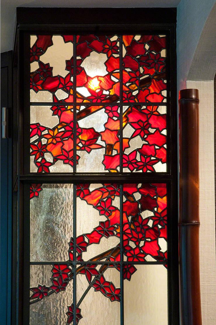 紅葉: マルグラスデザインスタジオが手掛けたリビングです。,和風 ガラス