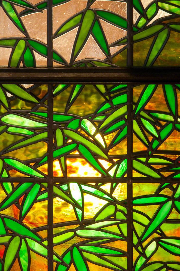 笹のクローズアップ: マルグラスデザインスタジオが手掛けたリビングです。,和風 ガラス
