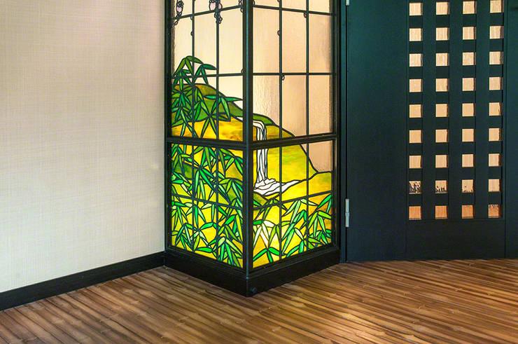 笹と山と滝: マルグラスデザインスタジオが手掛けたリビングです。,和風 ガラス