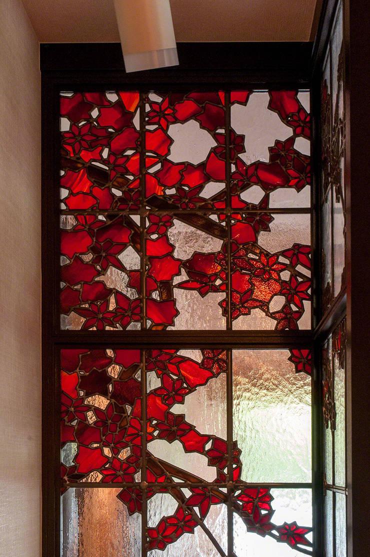 紅葉 廊下側より: マルグラスデザインスタジオが手掛けたリビングです。,和風 ガラス