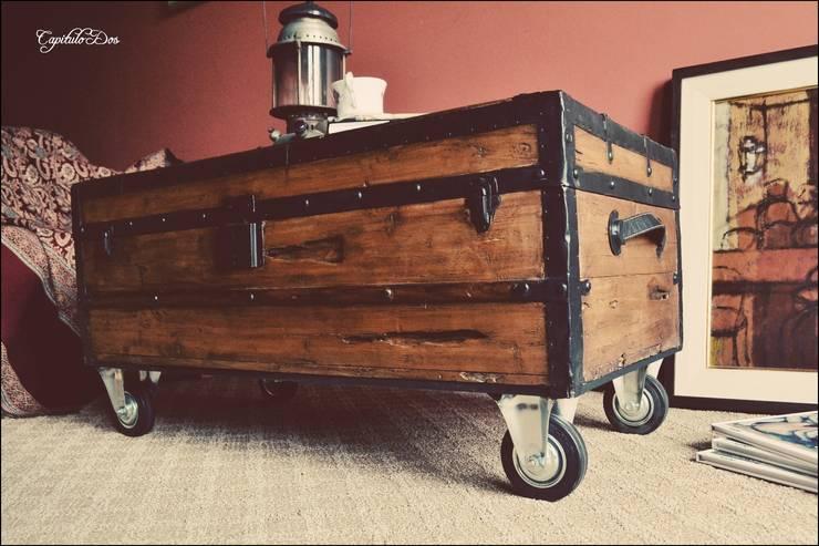 Baúles y valijas: Livings de estilo rústico por Capítulo Dos