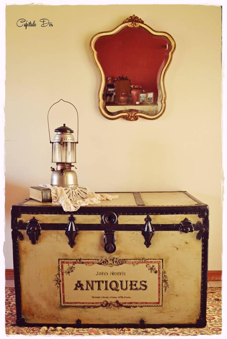 Baúles y valijas: Livings de estilo  por Capítulo Dos