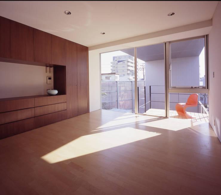 寝室: 有限会社Kaデザインが手掛けた寝室です。