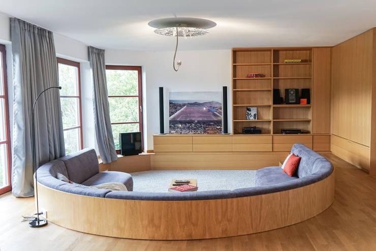 Staging einer Villa zum Verkauf:  Multimedia-Raum von Home Staging Gabriela Überla