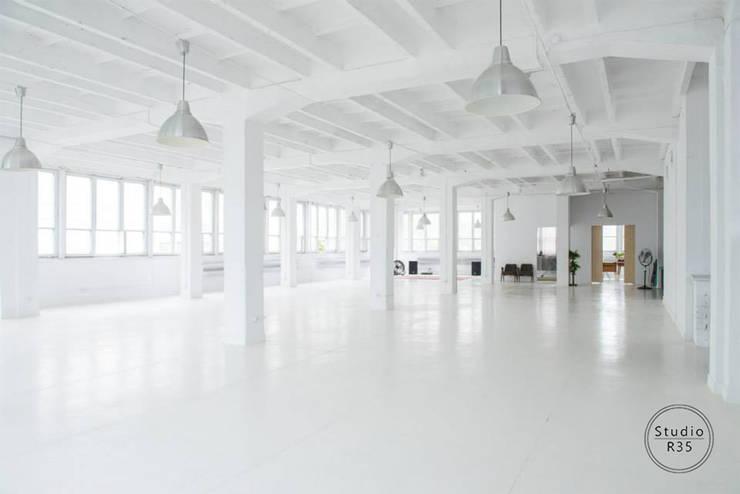 Studio fotograficzne: styl , w kategorii Przestrzenie biurowe i magazynowe zaprojektowany przez Studio R35,Industrialny
