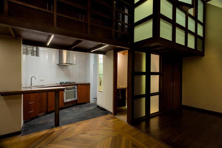 Primera Planta: Baño Auxiliar, Cocina, Estudio: Cocinas de estilo moderno por SDHR Arquitectura