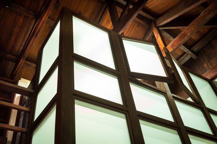 Primera Planta: Vista a Entrada y Escalera: Ventanas de estilo  por SDHR Arquitectura