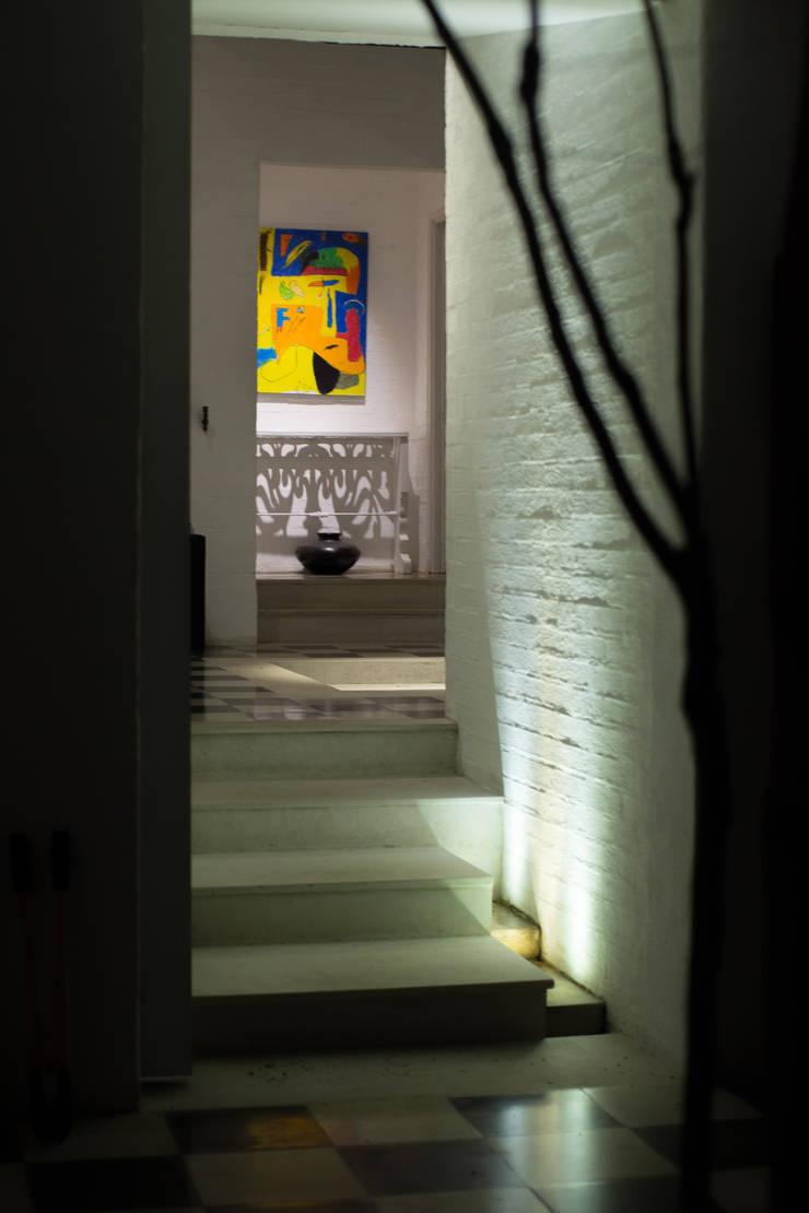Detalle Escalera Paredes y pisos de estilo moderno de SDHR Arquitectura Moderno Caliza