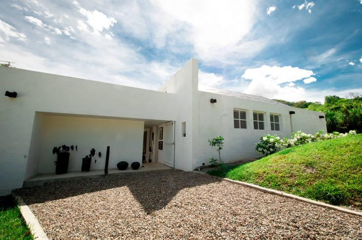 Fachada Principal: Casas de estilo moderno por SDHR Arquitectura