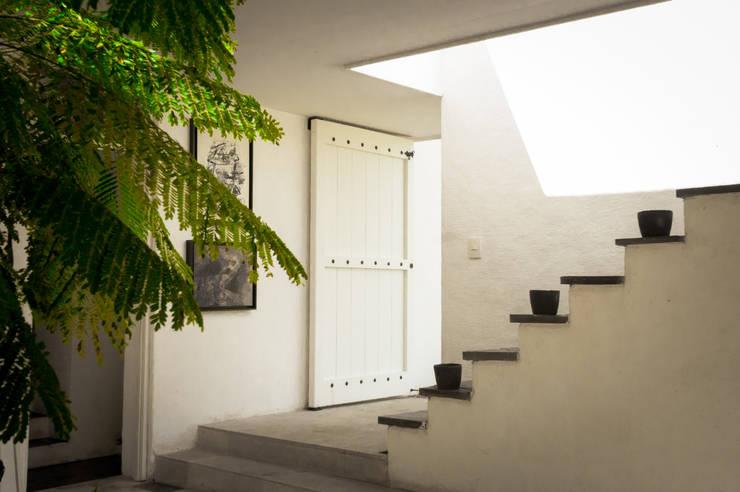 Patio Interior: Pasillos y vestíbulos de estilo  por SDHR Arquitectura
