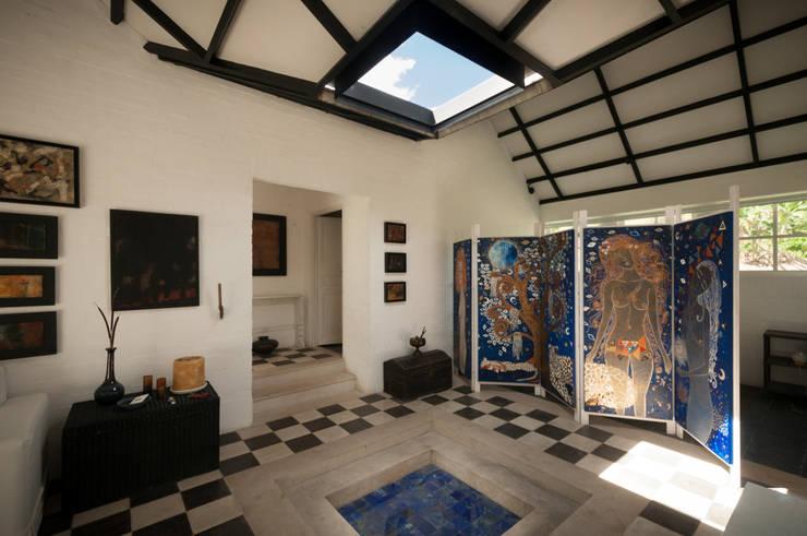 Escalera Acceso a Terraza: Pasillos y vestíbulos de estilo  por SDHR Arquitectura