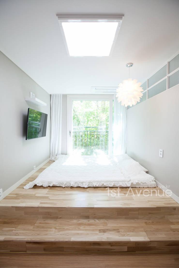 Dormitorios de estilo  por 퍼스트애비뉴, Mediterráneo