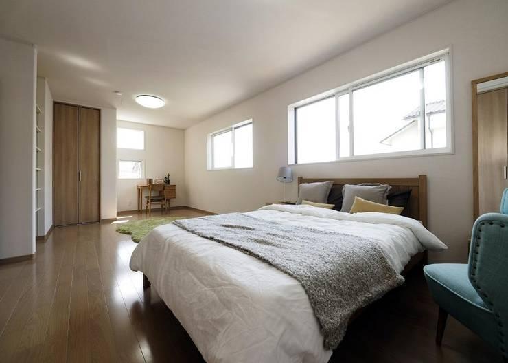 『 大きな開放があるすまい 』:  Live Sumai - アズ・コンストラクション -が手掛けた寝室です。