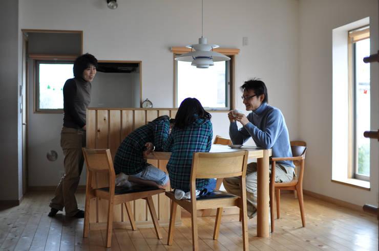 円形テーブル(造り付け): (株)独楽蔵 KOMAGURAが手掛けたダイニングです。