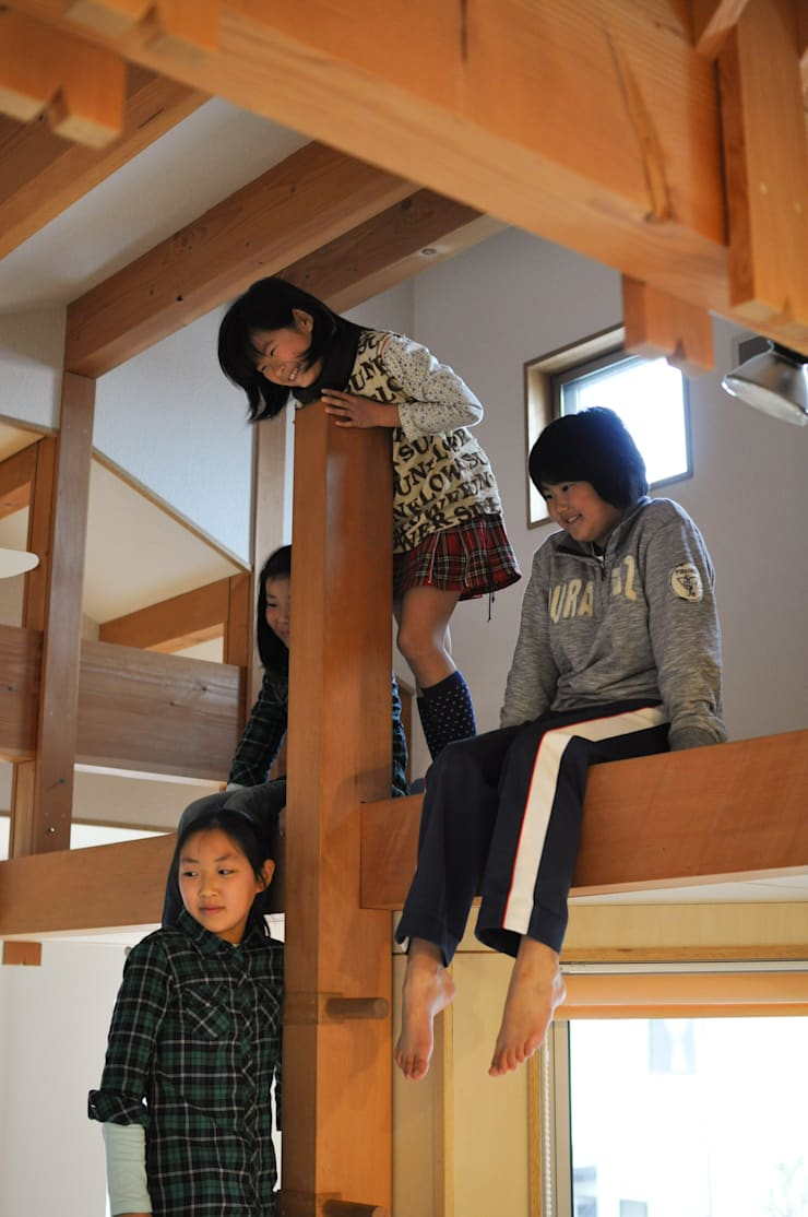 リビングのロフト: (株)独楽蔵 KOMAGURAが手掛けた玄関&廊下&階段です。