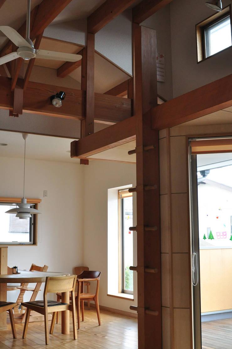 ロフトのハシゴ: (株)独楽蔵 KOMAGURAが手掛けた玄関&廊下&階段です。