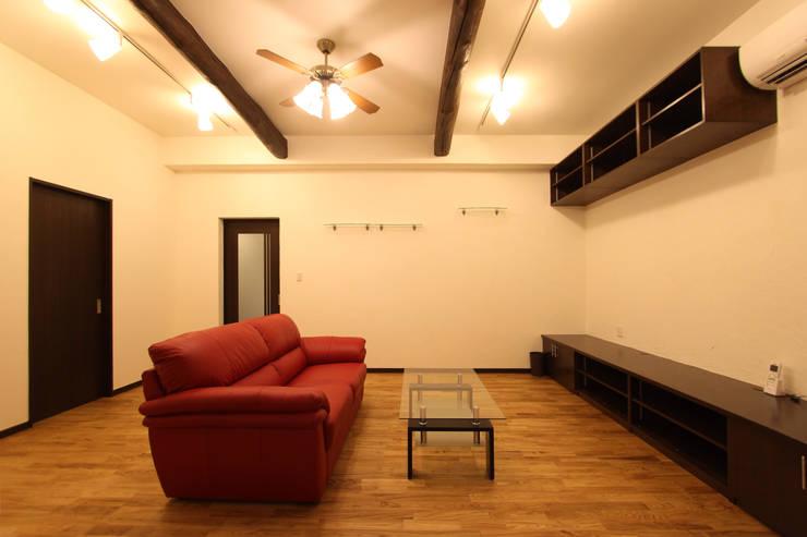 住まいを織る: 有限会社横田満康建築研究所が手掛けたリビングルームです。