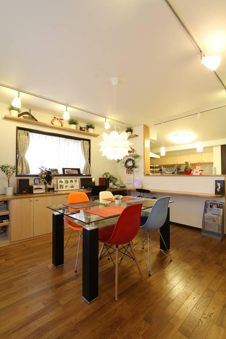 住まいを織る: 有限会社横田満康建築研究所が手掛けたダイニングルームです。