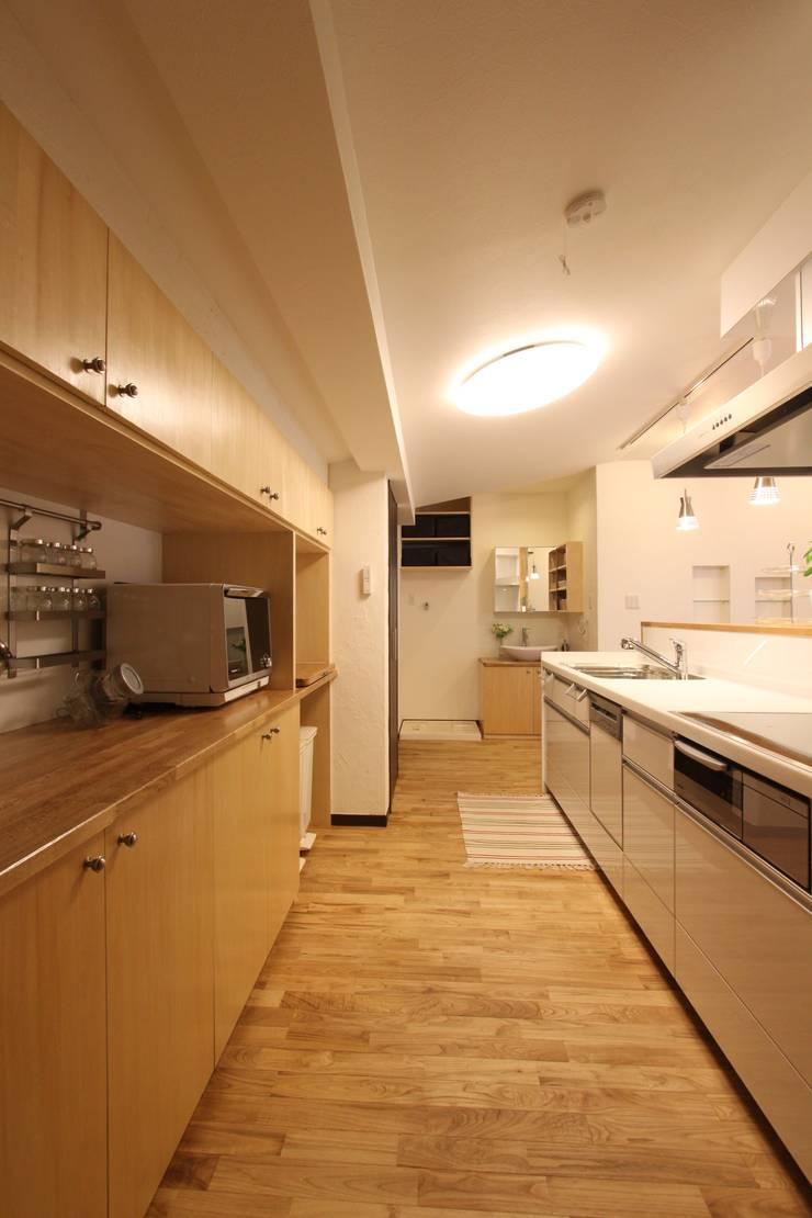 住まいを織る: 有限会社横田満康建築研究所が手掛けたキッチンです。