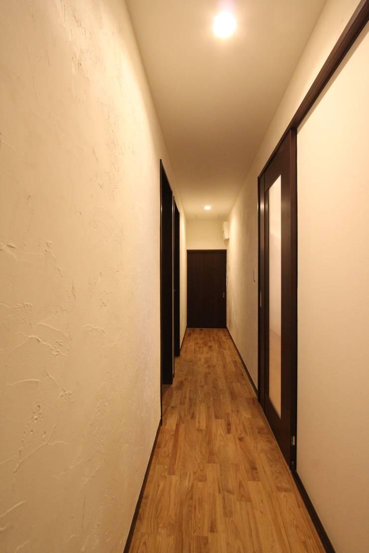住まいを織る: 有限会社横田満康建築研究所が手掛けた玄関&廊下&階段です。