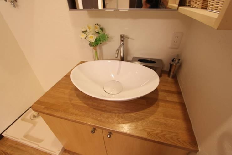 住まいを織る: 有限会社横田満康建築研究所が手掛けた洗面所&風呂&トイレです。