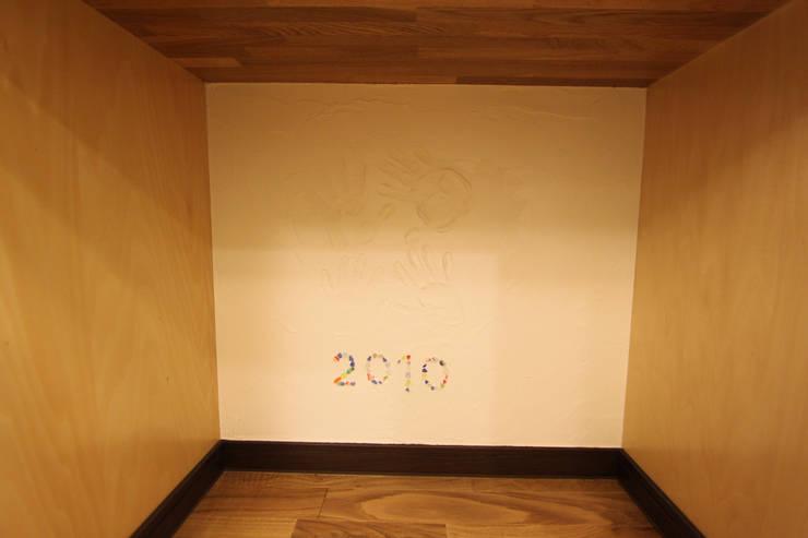 住まいを織る: 有限会社横田満康建築研究所が手掛けた壁&床です。