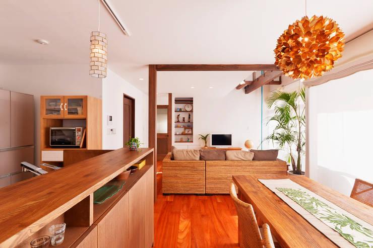 吹抜けのある開放感たっぷりのリビングで、家族がつながる明るい住まい: 株式会社スタイル工房が手掛けたです。