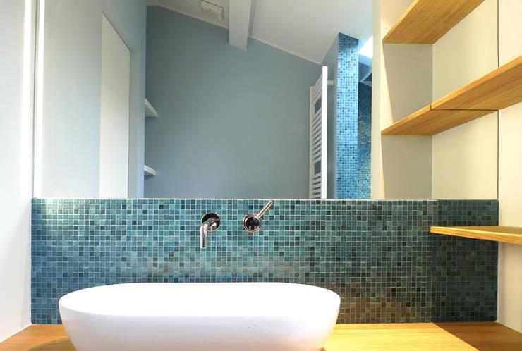 ATTIC B: Bagno in stile in stile Minimalista di 02arch