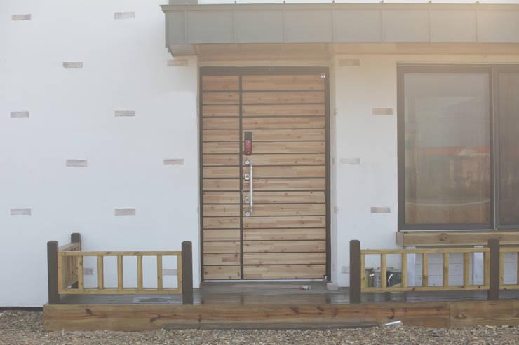 kimpo madang house 김포 두마당 집: 집스터디 건축 스튜디오_JIP STUDY ARCHITECTS STUDIO의  복도 & 현관