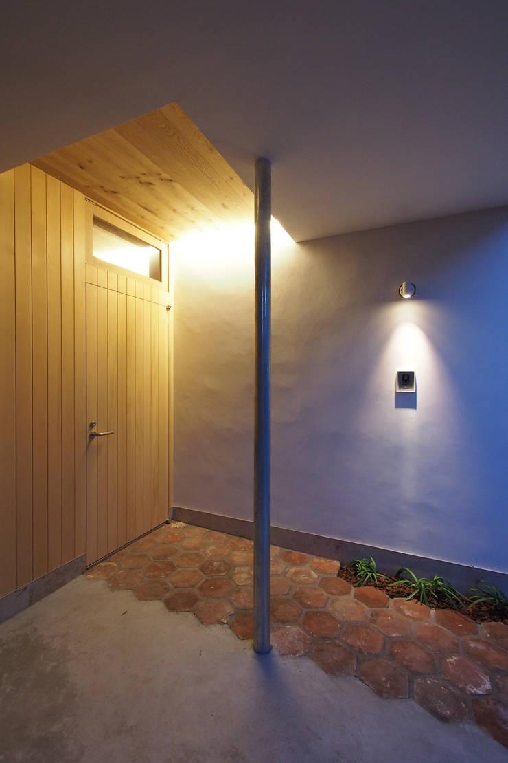 等々力の家: アトリエ スピノザが手掛けた廊下 & 玄関です。