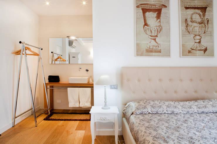 Bedroom by senzanumerocivico, Modern
