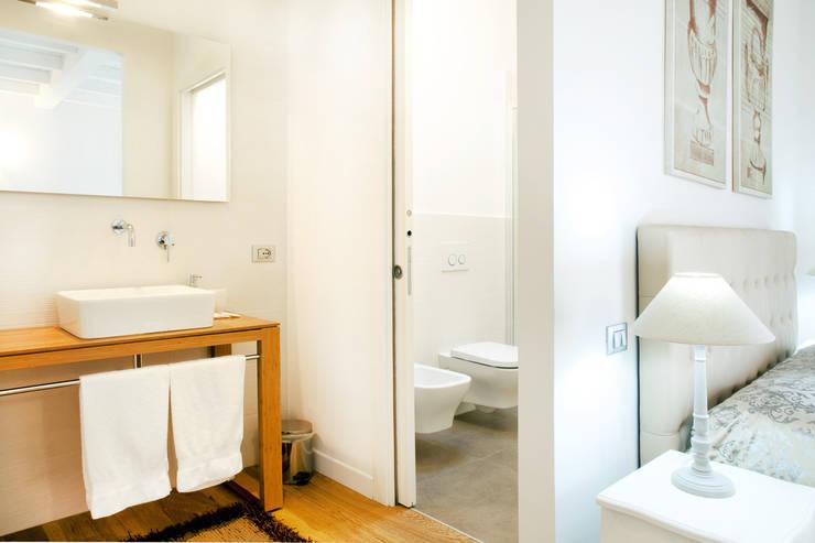 Bathroom by senzanumerocivico, Modern