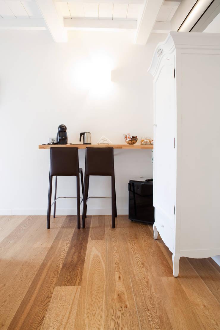 Dining room by senzanumerocivico, Modern