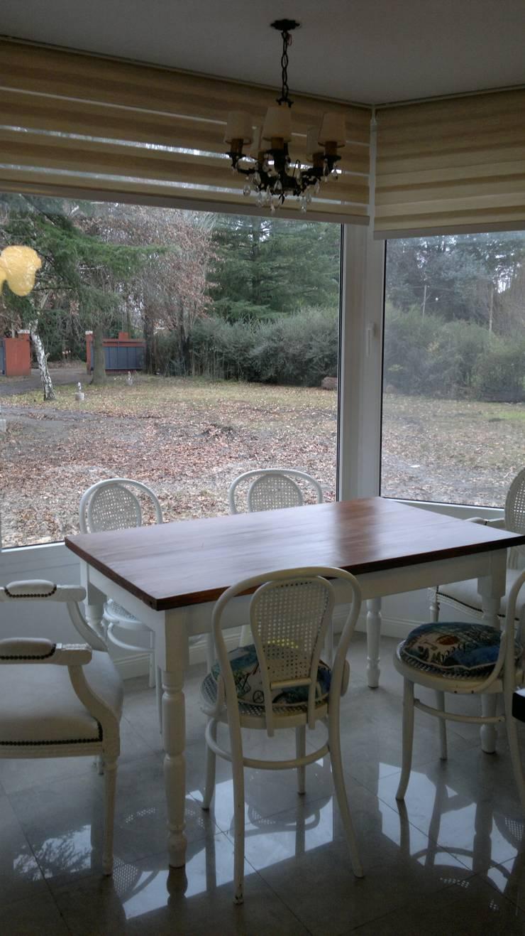 Casa en quinta privada: Cocinas de estilo  por LAS MARIAS casa & jardin