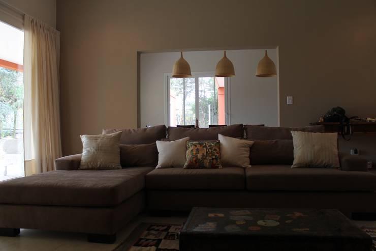 Casa en quinta privada: Estudios y oficinas de estilo  por LAS MARIAS casa & jardin