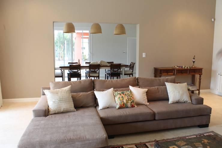 Casa en quinta privada: Livings de estilo  por LAS MARIAS casa & jardin