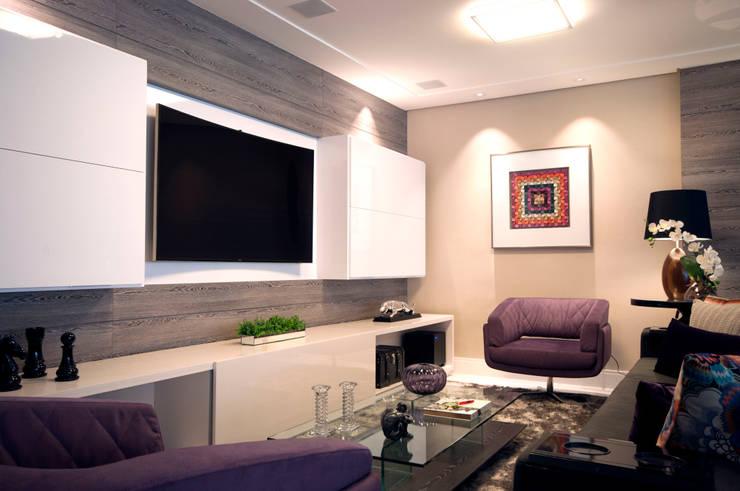 Media room by Haus Brasil Arquitetura e Interiores