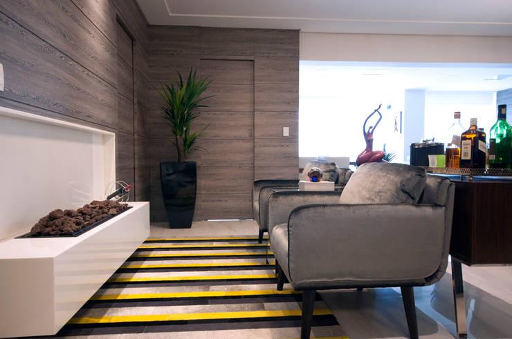 Lareira: Salas de estar  por Haus Brasil Arquitetura e Interiores,