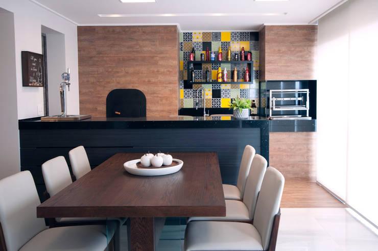Varanda gourmet: Terraços  por Haus Brasil Arquitetura e Interiores,
