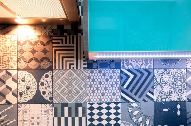 Detalhe revestimento cozinha: Cozinhas  por Haus Brasil Arquitetura e Interiores,