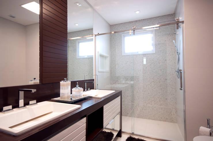 Banho Suíte Master: Banheiros  por Haus Brasil Arquitetura e Interiores,