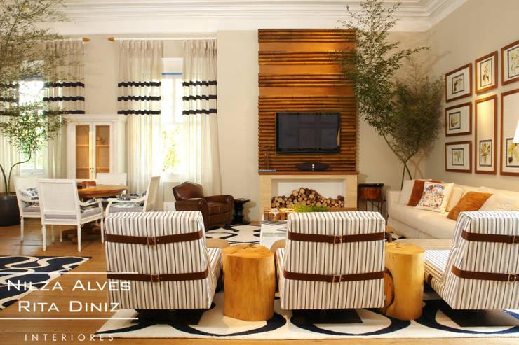 Sala de estar: Salas de estar  por Nilza Alves e Rita Diniz