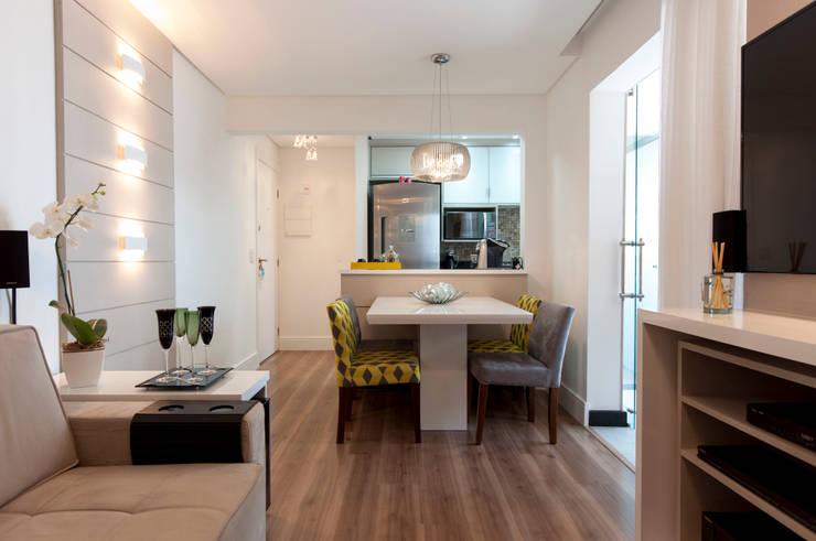 Estar e Jantar: Salas de estar  por Haus Brasil Arquitetura e Interiores