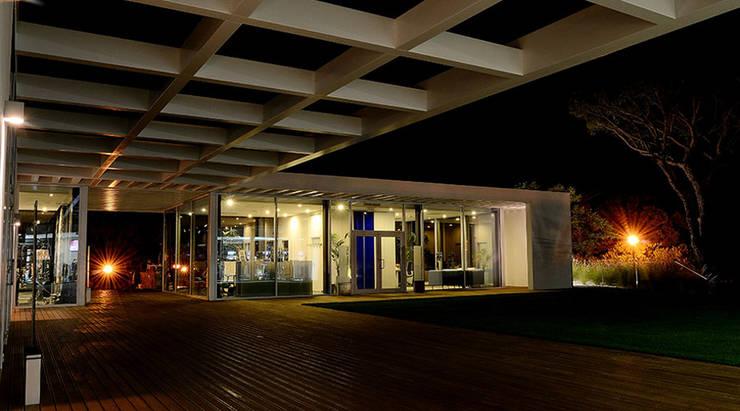Quinta do Lago Real Estate: Lojas e espaços comerciais  por PLAN Associated Architects