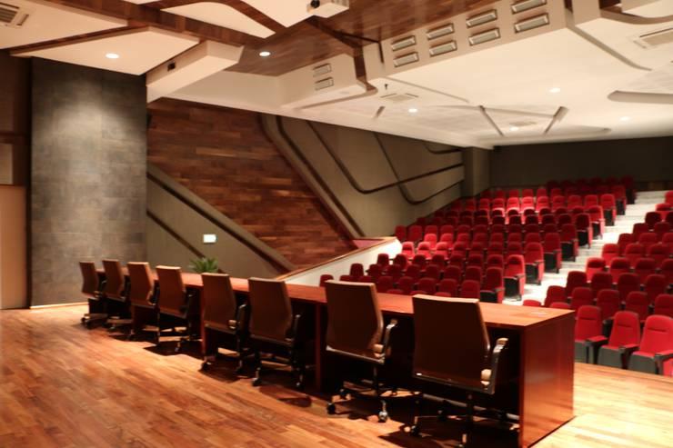 CASA DEL SERVIDOR PÚBLICO MEXIQUENSE: Salas multimedia de estilo  por AR+D arquitectos