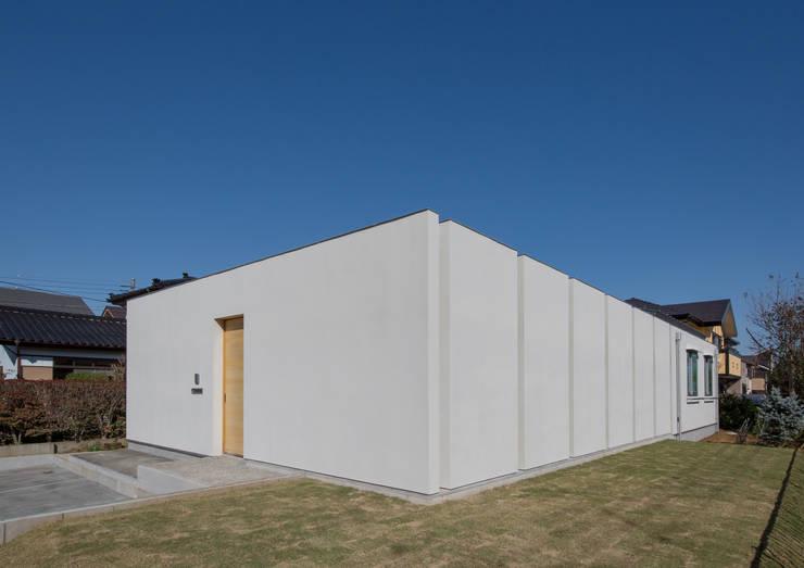 南西外観: アトリエ24一級建築士事務所が手掛けた家です。,