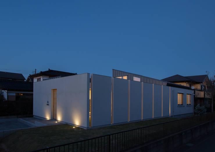 南西外観 夜景: アトリエ24一級建築士事務所が手掛けた家です。,