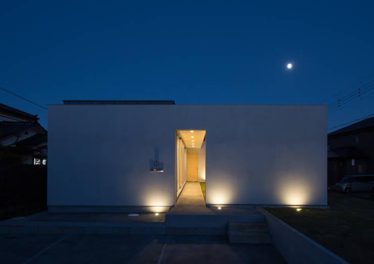 西側外観 夜景: アトリエ24一級建築士事務所が手掛けた家です。,
